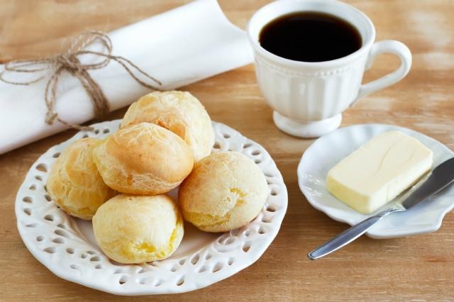 pão de queijo com café